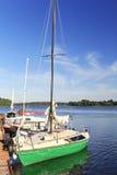 Jacht aan de kust wordt vastgelegd die Stock Fotografie