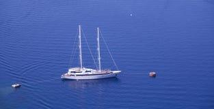 Jacht aan kust in Griekenland, Santorini-Eiland wordt verankerd dat stock fotografie