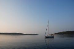 Jacht bij anker, Hvar, Kroatië Stock Fotografie