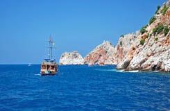Jacht bij de kust Stock Foto
