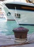 Jacht bij haven Stock Afbeeldingen