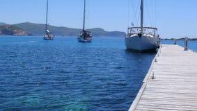 jacht bij houten pijler, knidos, datca, Turkije stock video