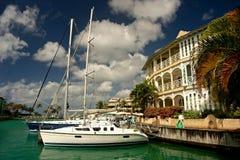 Jacht bij jachthaven royalty-vrije stock afbeelding