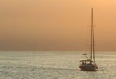Jacht bij zonsondergang royalty-vrije stock afbeeldingen