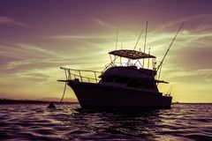 Jacht bij zonsondergang Royalty-vrije Stock Foto's