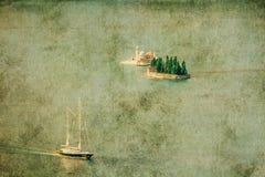Jacht in blauwe overzees i grunge en retro stijl Stock Fotografie