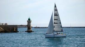 Jacht blisko latarni morskiej Obrazy Royalty Free