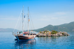 Jacht blisko małej wyspy Zdjęcia Royalty Free