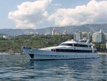 Jacht blisko południowego wybrzeża Crimea Fotografia Stock