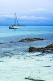 Jacht blisko Stantino plaży, Sardinia Obraz Royalty Free