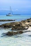 Jacht blisko Stantino plaży, Sardinia Fotografia Stock