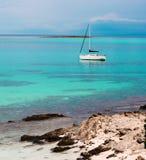 Jacht blisko Stantino plaży, Sardinia Fotografia Royalty Free
