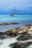 Jacht blisko Stantino plaży, Sardinia Zdjęcia Royalty Free