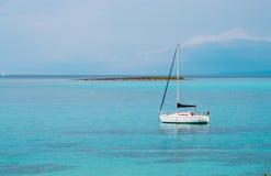 Jacht blisko Stantino plaży, Sardinia Zdjęcia Stock