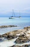 Jacht blisko Stantino plaży, Sardinia Zdjęcie Royalty Free