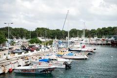 Jacht, boot, schipvervoer in baai, het parkeren auto, Cozumel, Mexico Stock Foto's