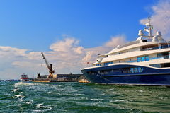 Jacht Carinthia VII en boot in Venetië, Italië Royalty-vrije Stock Foto