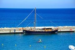 Jacht cumujący w małym schronieniu, Agios Nikolaos Zdjęcie Royalty Free