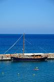 Jacht cumujący w małym schronieniu, Agios Nikolaos Zdjęcia Royalty Free