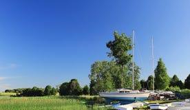 Jacht cumujący brzeg Fotografia Royalty Free