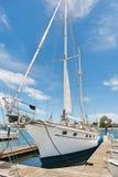 Jacht cumujący przy dokiem Zdjęcia Royalty Free