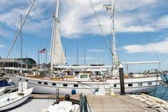 Jacht cumujący przy dokiem Obraz Royalty Free