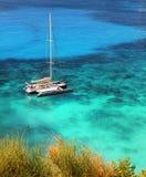 Jacht cumujący w tropikalnym nawadnia Obrazy Royalty Free