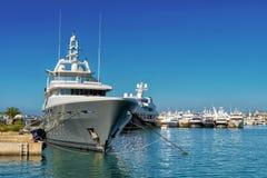 Jacht dat in een jachthaven wordt vastgelegd royalty-vrije stock foto's