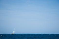 Jacht dat op open zeeën vaart Royalty-vrije Stock Fotografie