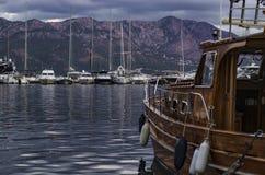 Jacht in de baai in de bergen royalty-vrije stock afbeeldingen