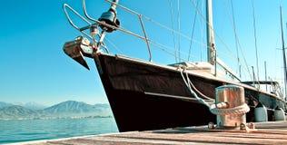 Jacht in de jachthaven wordt gedokt die Royalty-vrije Stock Afbeeldingen