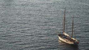 Jacht in de Middellandse Zee bij zonsondergang, de reis die van de luxereis, ruimte voor tekst, de zomer, oceaanoppervlakte, wate stock videobeelden
