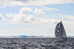 Jacht die Adriatische overzees reizen Royalty-vrije Stock Foto's
