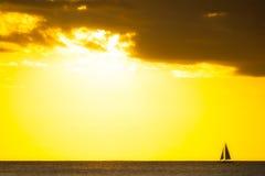 Jacht die bij zonsondergang langs horizon varen Royalty-vrije Stock Fotografie
