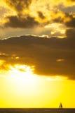 Jacht die bij zonsondergang langs horizon varen Royalty-vrije Stock Afbeelding