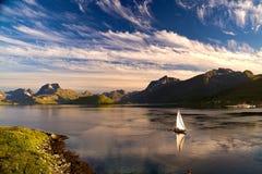 Jacht die dichtbij Fredvang in avondlicht varen, Lofoten-eilanden, Noorwegen royalty-vrije stock fotografie