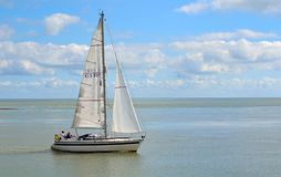Jacht die Felixstowe-Veerboot verlaten bij de mond van de rivier Deben Stock Afbeeldingen