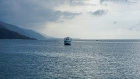 Jacht die in het Caraïbische overzees bij zonsondergang varen Stock Fotografie