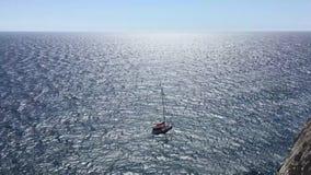 Jacht die op geopende overzees varen in Sunny Day Varende boot stock footage