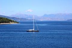 Jacht die op het overzees varen Ionische overzees Overzeese en bergmening Stock Foto