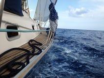 Jacht die op het overzees, zijaanzicht, golven, mobiele voorraad varen Royalty-vrije Stock Foto