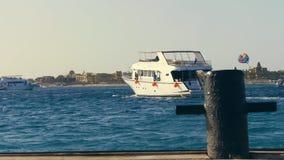 Jacht dokował daleko i pójść morze lato wieczór, niski słońce przed zmierzchem zbiory