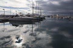 Jacht dokujący w porcie Obrazy Royalty Free