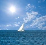 Jacht in een eindeloze overzees Stock Foto