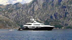 Jacht żegluje na zatoce Kotor, Montenegro Obraz Royalty Free