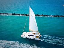 Jacht Żegluje ocean Zdjęcia Royalty Free