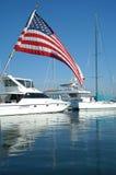 Jacht en Amerikaanse Vlag Royalty-vrije Stock Afbeeldingen