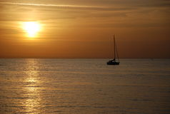 Jacht en de zonsondergang Stock Foto