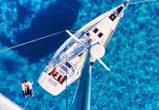 Jacht en duidelijke Middellandse Zee stock foto