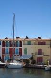 Jacht en flats bij Haven Grimaud stock afbeeldingen